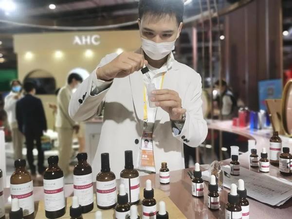 """法国化妆品巨头的中国员工 被称""""绿色通道先生"""""""